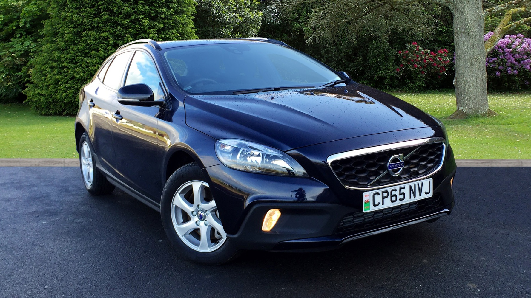 volvo v40 cross country d2 se used vehicle by lloyd. Black Bedroom Furniture Sets. Home Design Ideas